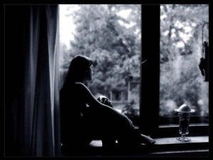 donna sola alla finestra